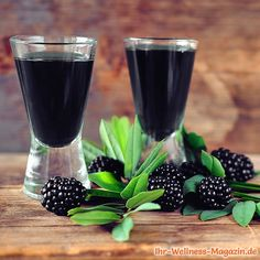Make blackberry liqueur yourself: simple recipe for a homemade liqueur made from a few ingredients. The sweet fruit liqueur tastes pure, on ice, in punch or cocktails, with desserts or ice cream and is a welcome gift for many occasions and celebrations … Dessert Dips, Dessert Recipes For Kids, Desserts For A Crowd, Food For A Crowd, Summer Desserts, Summer Recipes, Healthy Recipes, Healthy Drinks, Baby Food Recipes
