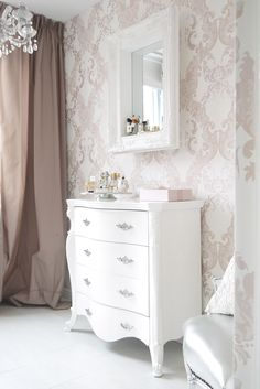 Riviera Maison Hampton mirror in our bedroom BN Wallcovering wallpaper / long curtains / baroque chair