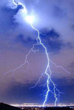 Κεραυνοί He fills His hands with lightning and commands it to strike its mark. Thunder And Lightning, Lightning Bolt, Lightning Storms, Lightning Pics, Lightning Photography, Nature Photography, Photography Tips, Portrait Photography, Wedding Photography