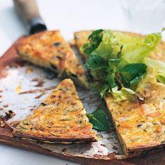 Zum griechischen Gemüsepudding passt am besten ein grüner Salat und etwas frisches Fladenbrot. Sie können ihn auch kalt servieren.