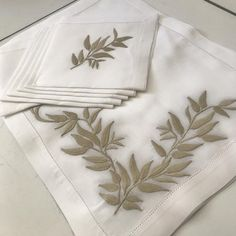 Draps Design, Napkins, Embroidery, Instagram, Tableware, 1, Crafts, Embroidered Towels, Craftsman Table Runners