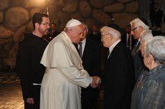 El papa Francisco estrechando la mano del superviviente del Holocausto Moshé Ha-Elión. Yad Vashem, 26/05/2014