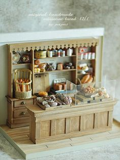 Beautiful and tiny bakery shop - Scale Ideas for polymer clay / fimo creations Vitrine Miniature, Miniature Rooms, Miniature Kitchen, Miniature Crafts, Miniature Houses, Miniature Furniture, Dollhouse Furniture, Miniature Tutorials, Barbie Furniture