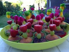 Leuke traktatie voor op school, cupcake met fruit erbij