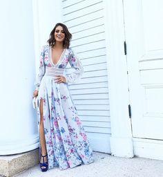 O vestido longo é uma peça de roupa que pode ser usada até mesmo no verão. Com os acessórios certos, é possível resultar em um look super estiloso e fresquinho. São peças elegantes, mas que caem bem com tudo, seja rasteirinhas, gladi