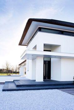 Sjaak Goud Architect - Villa, Yerseke, Nederland.    #witstucwerk #riet #landelijkmodern #landhuis   Sjaak Goud Architect - Villa, Yerseke, The Netherlands.   #whitewallplaster #thatchedroof #countryishmodern #villa    Like us on facebook!    https://www.facebook.com/sjaakgoudarchitect/?fref=ts