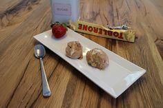 Ein sündhaft leckeres Dessert…  Zutaten: 300 g Toblerone Schokolade 2 Eier 2 EL Puderzucker 400 g Rahm oder Halbrahm  Zubereitung: Die Schokolade in Stücken in den Mixtopf geben und 5 Sekunden / Stufe 7 zerkleinern. Die Schokolade nun 3 Minuten / 37 °/...