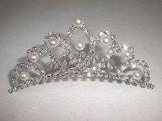 ホワイトローズブライダル ウエディング可愛いティアララインストーンパール付き王妃