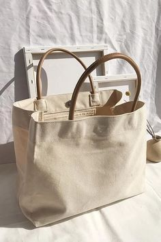 Handbags - I think they were my first fashion love (and if I had design skills, I would love to beco Summer Tote Bags, Diy Tote Bag, Best Tote Bags, Canvas Tool Bag, Canvas Totes, Canvas Purse, Canvas Bags, Uni Bag, Diy Couture