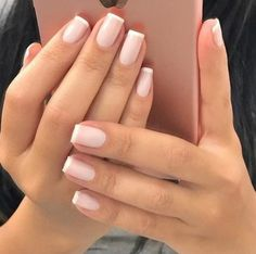The advantage of the gel is that it allows you to enjoy your French manicure for a long time. There are four different ways to make a French manicure on gel nails. French Nails, Ongles Gel French, French Manicures, French Manicure Acrylic Nails, Blue Nails, Matte Nails, My Nails, Matte Pink, Matte Gold