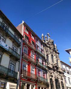 As cores da Rua das Flores - esse céu azul deixou a cidade ainda mais linda!  #iieebb #visitporto #followporto by aprendizdeviajante_