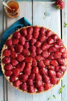 TARTĂ CU CĂPȘUNI ȘI CREMĂ DE VANILIE   Rețetă + Video – Valerie's Food Cake Recipes, Dessert Recipes, Desserts, Raspberry, Strawberry, Fruit Tart, Food And Drink, Yummy Food, Sweets