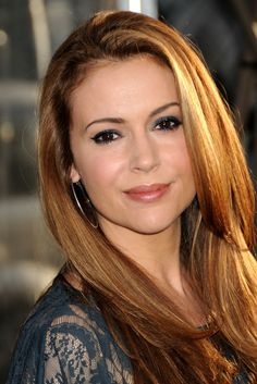 Stunning and charming, dark-haired actress Alyssa Milano, sporting highlights in her hair. Alyssa Milano Hair, Alyssa Milano Charmed, Holly Marie Combs, New York Unité Spéciale, New York City, Allysa Milano, Serie Charmed, Charmed Tv, Brooklyn