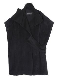 한쪽에 벨티드 디테일로 포인트를 준 유니크한 디자인의 코트입니다. 넉넉한 핏에 포켓이 있어 입기 편하며 다양한 레이어드로 멋스러운 연출이…
