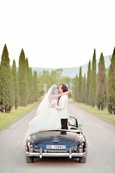 Todays fine art destination wedding is definitely one with a capital W. A venue rich in history, stunning fashion, and the beautiful landscapes of Tuscany take this affair to the next level. The romantic al fresco reception was elegant in white and gold.