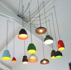 Accumulation de luminaires et d'ampoules pour une lumière douce et diffuse. On retrouve ce principe chez plusieurs design...