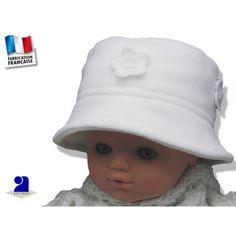 Chapeau bébé blanc, polaire à fleurs par Poussin Bleu du 3 mois au 8 ans Un  chapeau blanc bien chaud en polaire décoré de petites fleurs blanches pour  le ... adaacf9586d