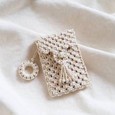 Marvelous Crochet A Shell Stitch Purse Bag Ideas. Wonderful Crochet A Shell Stitch Purse Bag Ideas. Macrame Purse, Macrame Knots, Macrame Projects, Crochet Projects, Art Macramé, Crochet Diy, Crochet Bags, Armband Diy, Crochet Shell Stitch