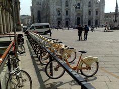 Proteste a Milano, i Genitori Antismog vogliono che lo scooter sharing usi mezzi elettrici.