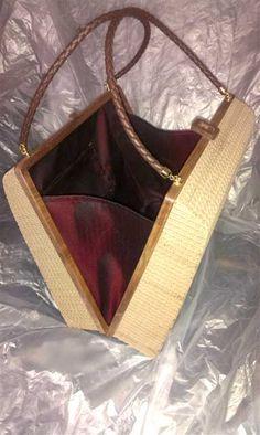 MAYA, borsetta in cartone con profilo di chiusura in legno di noce lavorato al controllo numerico e manici in ottone e cuoio. Rivestimento interno in stoffa rossa.