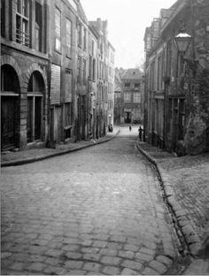 Steenstraat ca. 1938 Gedeelte links en rechts gezien vanuit de Strikstraat naar De Lindenberg, geheel onderaan een gedeelte van de Lange Baan links.