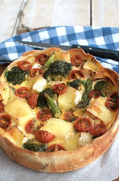 Recept: Vegetarische broccolitaart met brie en tomaat – Savory Sweets Broccoli pie with brie and tomato is easy to make, quickly ready and very tasty. Fine with lunch, brunch or as a light evening meal. Sweets Recipes, Veggie Recipes, Vegetarian Recipes, Snack Recipes, Dinner Recipes, Healthy Recipes, B Food, Oven Dishes, Tasty