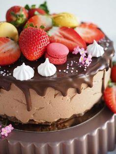 Ihana Mansikka-Suklaajuustokakku (liivatteeton) Food Cakes, Cupcake Cakes, Cheesecake Recipes, Dessert Recipes, Desserts, Sweet Bakery, Just Eat It, Let Them Eat Cake, No Bake Cake