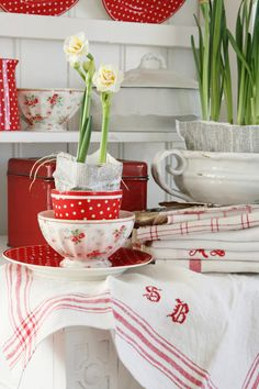 Beautiful Spring blooms on red and white Swedish Cottage, White Cottage, Cottage Style, Scandinavian Cottage, Red And White Kitchen, Red Kitchen, Country Kitchen, Country Life, French Country