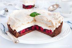 Przepyszna tarta malinowa kostka inspirowana bardzo popularnym ciastem. Tutaj wersja na bazie kruchego spodu z herbatników, galaretki z malinami oraz kremu śmietankowego i bezy.