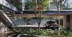 A continuidade espacial é o destaque da Casa Bacopari, projetada pelo Grupo Una. Desde a entrada, todos os espaços se interligam, inclusive a cobertura para carros que pode ser usada como salão de festas, o jardim com espelho d'água e o segundo pavimento reservado à ala íntima. Na construção, o vigamento metálico e o fechamento em vidro dão uma atmosfera contemporânea à residência