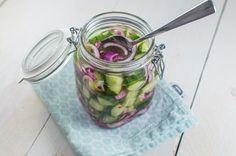 Zuurgoed is een Surinaams bijgerecht dat bijna elke maaltijd op tafel komt. De combinatie van de frisse komkommer met het zuur van de azijn is echt heerlijk!