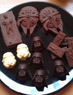 Star Wars chocolates, the best of all worlds on one plate! Star Wars Party, Star Wars Wedding, Star Wars Birthday, Aniversario Star Wars, Candy Buffet Tables, Do It Yourself Wedding, Star Wars Love, Star Wars Humor, Gastronomia