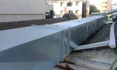 Conductos de extracción de humos y vahos,  realizados en chapa galvanizada  instalados sobre tejado.
