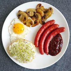 Hello 👋  Zestaw śniadaniowy.  ________________________________________________________________ #breakfast #śniadanie #sniadanie #pomyslnasniadanie #pieczarki #jajko #kiełki #frankfurterki #sos #sosbbq #jajkosadzone #eggs #egg #food #concretus #foodphoto #smacznego #wkuchni #serek #bułka #jedzenie #szamka #instafood #fitfood #nasniadanie