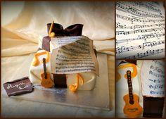Torta in musica.Chitarra e note musicali.