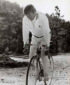 Robert Redford rides a bicycle.   #cyclingcelebrities #cycling #celebrities