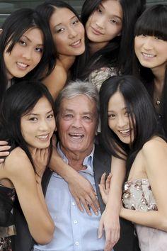 Alain Delon, véritable star en asie, pose au milieu de mannequins chinoises, à l'occasion de l'exposition universelle de Shanghai en 2010 Photo: Henri Tullio/Paris Match