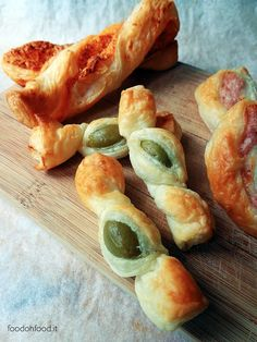 Quick and easy puff pastry appetizer. Puff pastry candies with olives. Puff Pastry Appetizers, Quick Appetizers, Puff Pastry Recipes, Vegan Appetizers, Appetizer Recipes, Puff Pastries, Easter Recipes, Empanadas, Tapas