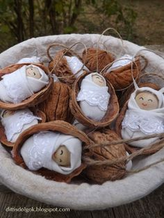 Dittis Dolgok: Dióhéj babák leírással - walnut babies too sweet! Nativity Ornaments, Nativity Crafts, Christmas Nativity, Christmas Crafts For Kids, Diy Christmas Ornaments, Homemade Christmas, Christmas Projects, Holiday Crafts, Christmas Time