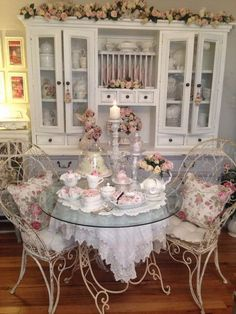 Floral themed shabby chic dining room. http://www.listingmore.com/beautiful-shabby-chic-dining-room-decoration-ideas/