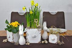 Trendige Oster-Tischdekoration. Der Vintage-Look und die modernen Osterhasen passen perfekt zusammen und wirken einfach toll als Tischdeko.