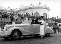 Deauville le 13 juillet 1936, concours d'élégance « Viva grand sport » devant la terrasse du casino.