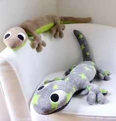 Salamander XXL * Kuscheltier, 1 Meter lang & schön weich * Anleitung und Schnit… Salamander XXL * cuddly toy, 1 meter long & beautifully soft * Instructions and sewing patterns – sewing instructions from Makerist Sewing Stuffed Animals, Stuffed Animal Patterns, Fabric Toys, Fabric Crafts, Diy Sewing Projects, Sewing Crafts, Plush Pattern, Toy Craft, Sewing Toys