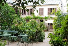 Musée de la Vie romantique  Hôtel Scheffer-Renan  16 rue Chaptal  75009 Paris  Métro : Pigalle  Tél. : 01 55 31 95 67     Horaires d'ouverture :  de mi-avril à mi-octobre, du mardi au dimanche, de 11h30 à 17h30.