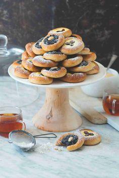 Kdo by neměl rád klasické české koláče? Naučte se je péct ze zdravé celozrnné mouky, můžete si potom dopřát o pár kousků víc! Cake Recipes, Baking, Easy Cake Recipes, Bakken, Backen, Sweets, Pastries, Roast, Cake Tutorial