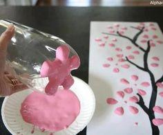 """Restjes verf en een lege fles over? Maak een vrolijk lente schilderij. Teken de stam op een blad of cancas doek, druk de onderkant van een (schone) fles in de verf en """"stempel"""" de blaadjes op de boom."""