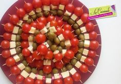 These Skewers are made in 15 minutes maximum! They decorate your table nicely for a colorful aperitif … Available with all kinds of hard cheese. Brunch Appetizers, Skewer Appetizers, Finger Food Appetizers, Finger Foods, Appetizer Recipes, Party Food And Drinks, Party Snacks, Tapas, Caprese Skewers