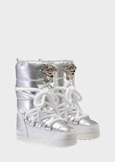 Keep your feet warm and dry on a snowy day in these nylon snow boots with a Medusa Head plaque, rounded toe, stacked sole and rope laces.