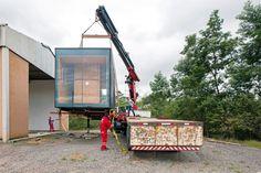 Desenvolvido pelo escritório MAPA, o MiniMod é uma casa estruturada em um contêiner. Escolhido o local de instalação, a residência móvel é içada por um guindaste e transportada pelo caminhão