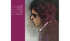 """Platz 16: Bob Dylan - """"Blood On The Tracks"""" Als er """"Tangled Up In Blue"""", den Eröffnungssong des Albums, einmal auf der Bühne vorstellte, sagte Dylan, es habe ihn zehn Jahre gekostet, den Song zu leben – und zwei Jahre, ihn zu schreiben. Es war ein offenkundiger Hinweis auf seine privaten Probleme – die Scheidung von Sara Lowndes –, die zumindest teilweise das beste Dylan-Album der 70er Jahre inspirierten. Genau genommen schrieb er den gesamten Zyklus dieser scharfzüngigen Songs in zwei…"""